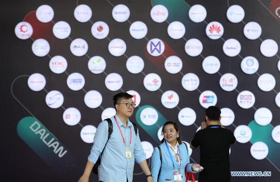 Exhibitors are seen during the 16th China International Software & Information Service Fair in Dalian, northeast China's Liaoning Province, June 12, 2018. The service fair, with the participation of 750 exhibitors, kicked off here Tuesday. (Xinhua/Yang Qing)