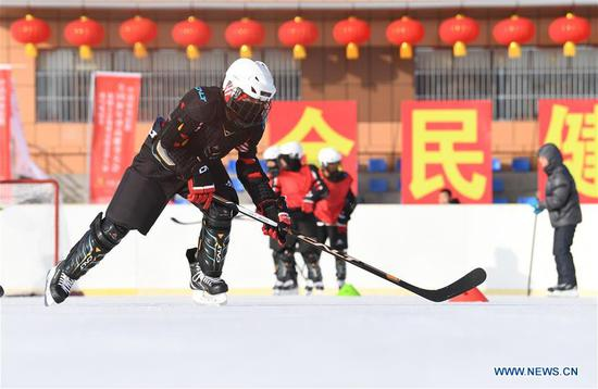 Players of ice hockey team of Wenyun County Primary School attend a training session in Fuyun County of Altay, northwest China's Xinjiang Uygur Autonomous Region, Jan 18, 2019. Wenyun County Primary School established their ice hockey team in 2013, the first campus ice hockey team in Altay, with the help of the Charles Wang Ice Hockey Hope Project. There are 50 players aging 10 to 14 in the team at present. Altay is enhancing local winter sports and fitness programs for its rich ice and snow resources, such as ice hockey, ice soccer, skiing and skating. (Xinhua/Sadat)