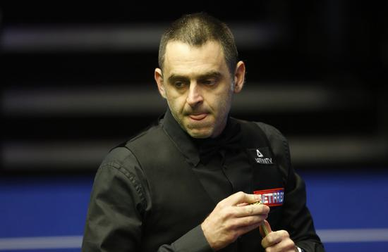 Ronnie O'Sullivan during the match against James Cahill in the first round of the world snooker championship in London on April 23, 2019. [Photo/Xinhua]