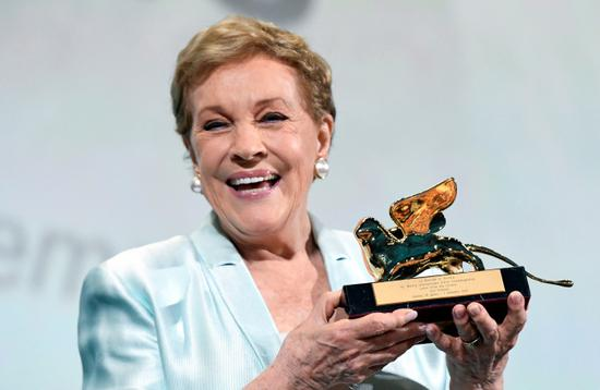 British actress Julie Andrews poses with the Golden Lion for Lifetime Achievement award at the 76th Venice Film Festival at Venice Lido, September 2, 2019.[Photo: PIROSCHKA VAN DE WOUW/Reuters via VCG]