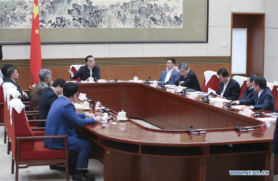 Chinese Premier Li Keqiang, also a member of the Standing Committee of the Political Bureau of the Communist Party of China Central Committee, presides over a seminar and discusses with economists and entrepreneurs about current economic trends and development in the next year in Beijing, capital of China, Nov. 8, 2018. (Xinhua/Yao Dawei)