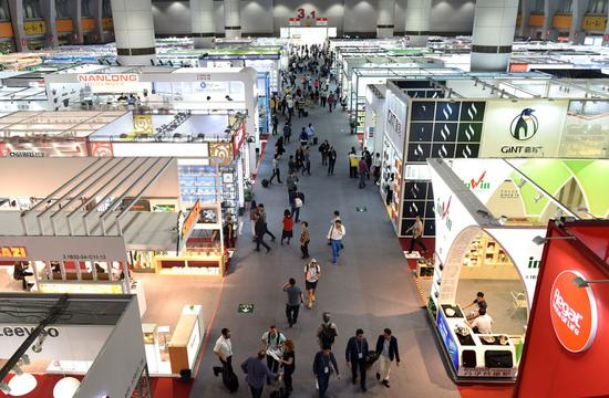 People visit the China Import and Export Fair, also known as the Canton Fair, in Guangzhou, south China's Guangdong Province, Oct. 27, 2017. (Xinhua /Lu Hanxin)