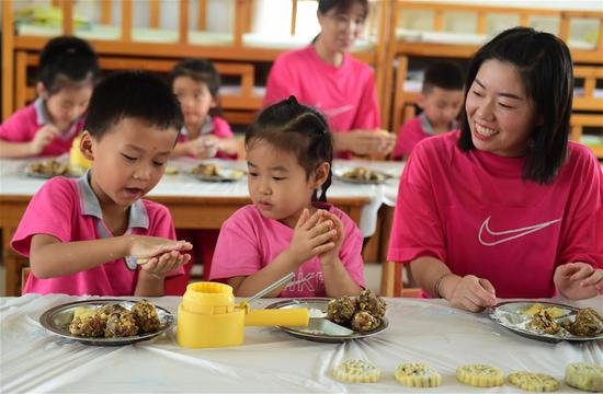 Children make mooncakes to celebrate the upcoming Mid-Autumn Festival in a kindergarten in Cangzhou City, north China's Hebei Province, Sept. 21, 2020. (Xinhua/Wang Min)