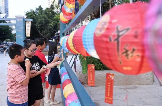 Tourists guess lantern riddles at Shangxiahang traditional block in Fuzhou, southeast China's Fujian Province, Sept. 15, 2019. Fujian Province received over 5 million visitors during the three-day Mid-Autumn Festival holiday. (Xinhua/Lin Shanchuan)