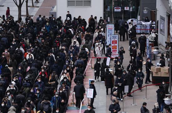 People line up to buy face masks in front of a department store in Seoul, South Korea, March 3, 2020, the last day for the store to sell face masks, with each person allowed to buy a maximum of five pieces.(Xinhua/Wang Jingqiang)