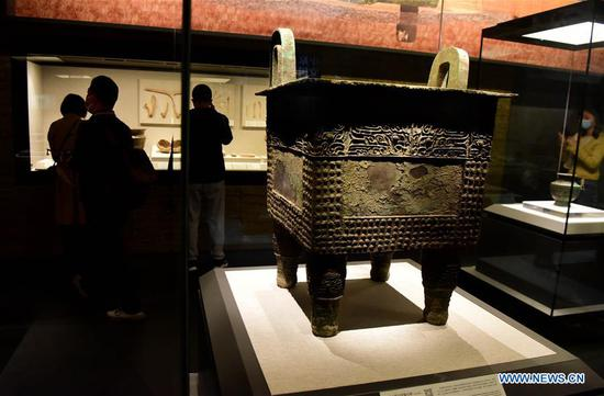 People visit the Henan Museum in Zhengzhou, capital of central China's Henan Province, Oct. 13, 2020.