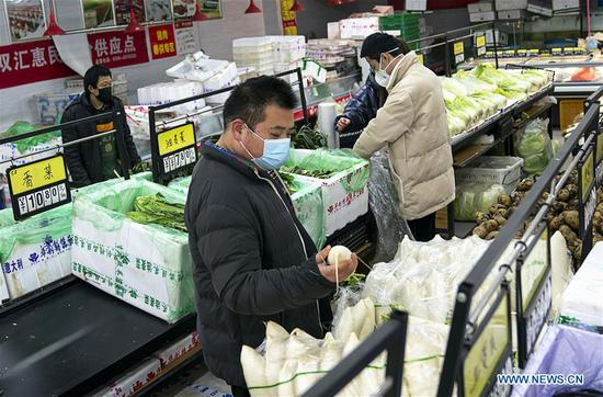 Residents shop at a market in Wuhan, central China's Hubei Province, Jan. 27, 2020. Residents in Wuhan continue their lives as efforts being made to control the novel coronavirus outbreak. (Xinhua/Xiong Qi)