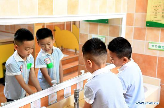Children wash hands before having meals at a kindergarten in Zhengzhou, central China's Henan Province, June 2, 2020. In recent days, kindergartens in Zhengzhou have gradually reopened under COVID-19 prevention and control measures. (Xinhua/Hao Yuan)
