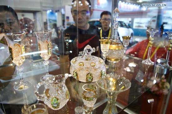 Visitors look at the Czech crystal artifacts at the 20th China International Fair for Investment and Trade in Xiamen, southeast China's Fujian Province, Sept. 8, 2018. (Xinhua/Jiang Kehong)