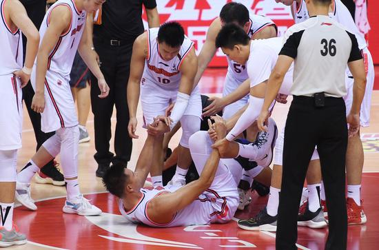 Yi Jianlian (below) of the Guangdong Southern Tigers is helped up by his teammates during the third game of the final round against Liaoning Flying Leopards in Qingdao, Aug. 15, 2020. (Xinhua/Li Ziheng)
