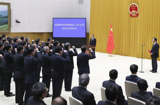 Senior officials of the State Council take an oath of allegiance to the Constitution at a ceremony in Beijing, capital of China, April 16, 2018. The ceremony was overseen by Premier Li Keqiang. (Xinhua/Ding Lin)