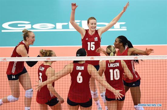Kimberly Hill (Top) of the United States celebrates a score with her teammates during the final match between Turkey and the United States at the 2018 FIVB Volleyball Nations League Women's Finals in Nanjing, capital of east China's Jiangsu Province, July 1, 2018. US won 3-2 and claimed the title of the event.(Xinhua/Han Yuqing)
