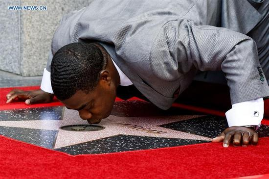 Actor Tracy Morgan kisses his star during his star honoring ceremony on the Hollywood Walk of Fame in Los Angeles, the United States, April 10, 2017. Tracy Morgan was honored with a star on the Hollywood Walk of Fame on Tuesday. (Xinhua/Zhao Hanrong)