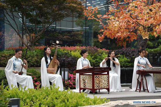 Photo taken on June 6, 2018 shows a folk music performance at the media center for the 18th Shanghai Cooperation Organization (SCO) Summit in Qingdao, east China's Shandong Province. (Xinhua/Guo Xulei)