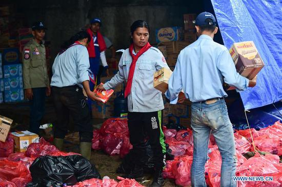 Staff members distribute food at a temporary shelter in Labuan of Pandeglang in Banten Province, Indonesia, Dec. 25, 2018. Casualty from the tsunami triggered by a volcanic eruption in Sunda Strait in Indonesia climbed to 429 people, and 16,802 others were displaced. (Xinhua/Du Yu)