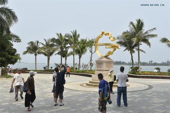 Visitors take photos at the permanent site of Boao Forum for Asia (BFA) in Boao, south China's Hainan Province, March 13, 2019. (Xinhua/Lu Peng)