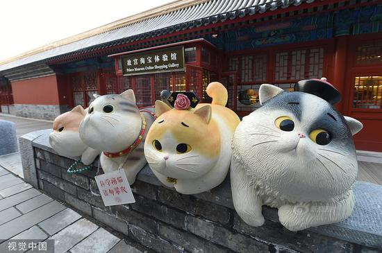 Giant statues of cats are on display near the gate of divine prowess at Beijing's Palace Museum, with visitors flocking to the site to take pictures with these little stars. The Palace Museum, alsoe known as the Forbidden City, is home to about 200 stray cats, some of which are believe to be the offspring of royal cats raised by emperors and their concubines in ancient times. (Photo/VCG)