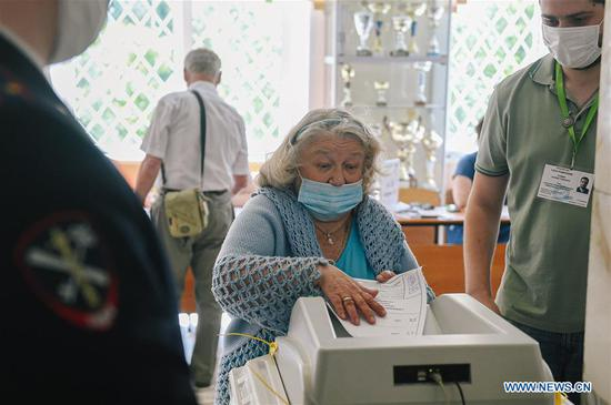 A woman casts her vote during the main day of a week-long referendum on constitutional amendments in Moscow, Russia, July 1, 2020. Russia held a referendum between June 25 and July 1 on a set of constitutional amendments, which, if passed, will enable Putin to participate in the 2024 presidential race. (Xinhua/Evgeny Sinitsyn)