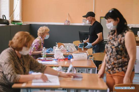 People register for a vote during the main day of a week-long referendum on constitutional amendments in Moscow, Russia, July 1, 2020. Russia held a referendum between June 25 and July 1 on a set of constitutional amendments, which, if passed, will enable Putin to participate in the 2024 presidential race. (Xinhua/Evgeny Sinitsyn)
