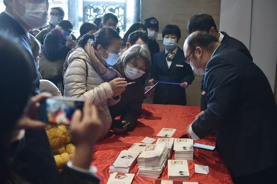 Customers buy stamps after the launch event for commemorative stamps marking Friedrich Engels' 200th birth anniversary in Beijing, capital of China, Nov. 28, 2020. (Xinhua/Lu Peng)