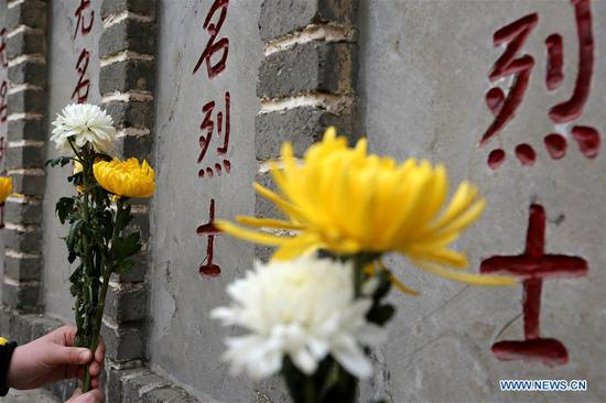 Students lay flowers to tombs of unknown martyrs in Zaozhuang, east China's Shandong Province, April 4, 2018. People mourn for the martyrs as the Qingming Festival, the Chinese tomb-sweeping day, approaches. (Xinhua/Sun Zhongzhe)