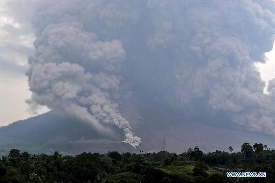 Photo taken on April 6, 2018 shows Mount Sinabung volcano spewing thick volcanic ash, seen from the town of Karo, North Sumatera, Indonesia. (Xinhua/Sarianto)