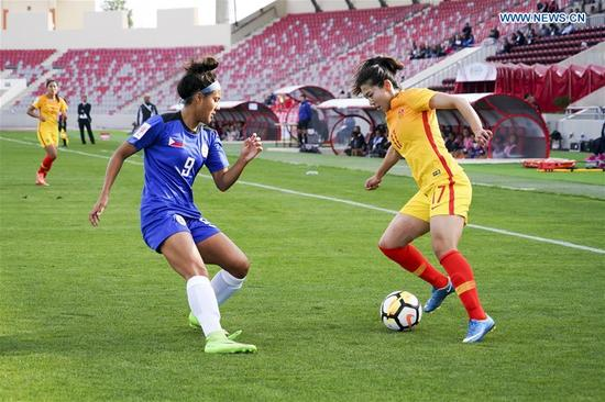 China's Gu Yasha (R) vies with the Philippines' Jesse Shugg during the group A match between China and the Philippines at the 2018 AFC Women's Asian Cup, in Amman, Jordan, April 9, 2018. (Xinhua/Lin Xiaowei)