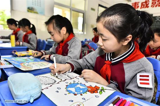Students take part in a drawing activity for the upcoming Earth Day at Xincheng Primary School in Jinggang Town of Shushan District in Hefei City, capital of east China's Anhui Province, April 19, 2018. Many schools in China hold various Earth Day-themed drawing activities to welcome the Day, which is celebrated yearly on April 22. (Xinhua/Ge Yinian)