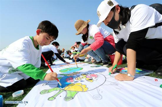 Children together with their families take part in a drawing activity with the theme of earth protection for the upcoming Earth Day at the stadium of Donghai County in Lianyungang City, east China's Jiangsu Province, April 19, 2018. Many schools in China hold various Earth Day-themed drawing activities to welcome the Day, which is celebrated yearly on April 22. (Xinhua/Zhang Kaihu)