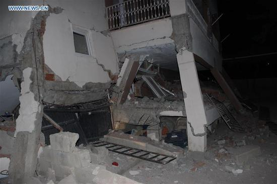 Photo taken on April 24, 2018 shows a building damaged in an earthquake in Adiyaman, Turkey. An earthquake of magnitude 5.1 hit Turkey's southeastern Adiyaman province early Tuesday, injuring 39 people. No deaths have yet been reported. (Xinhua)
