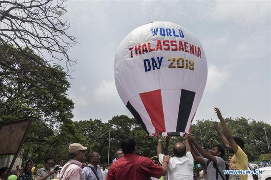 People participate in an awareness campaign for Thalassaemia disease on the World Thalassaemia Day near Victoria Memorial in Kolkata, capital of eastern Indian state West Bengal on May 8, 2018. Thalassemia, also called Mediterranean anemia, is an inherited and non-infectious blood disorder. (Xinhua/Tumpa Mondal)