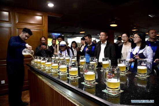 Visitors wait to taste beer at Tsingtao Brewery Co., Ltd. in Qingdao, a coastal city in east China's Shandong Province, May 8, 2018. Home to Tsingtao Beer and home appliance giant Haier, Qingdao is becoming a more attractive place to run important multilateral events. In June, the coastal city will host the 18th summit of the Shanghai Cooperation Organization (SCO). (Xinhua/Guo Xulei)