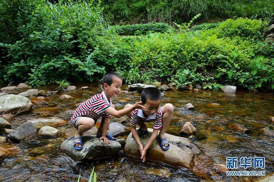A remote village of Suolong in Yudu county, E China's Jiangxi province boasts 29 sets of twins born to just 200 families.