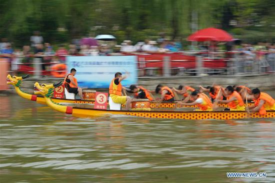 People attend a dragon boat competition to celebrate the Duanwu Festival in Wuhe County, east China's Anhui Province, June 10, 2018. (Xinhua/Zhou Jiandao)