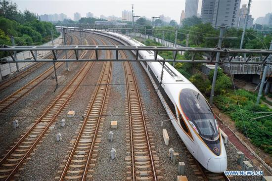 The G7 Fuxing bullet train prepares to head for Shanghai at the Beijing South Railway Station in Beijing, capital of China, July 1, 2018. The new longer Fuxing bullet train ran on the Beijing-Shanghai line for the first time on Sunday. With a designed speed of 350 kilometers per hour, the new train measures more than 400 meters in length and has 16 carriages, twice as many as current ones. It can carry nearly 1,200 passengers. (Xinhua/Xing Guangli)