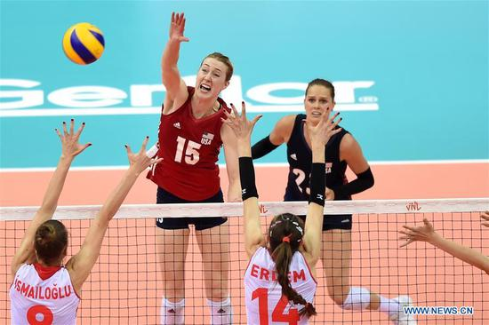 Kimberly Hill (2nd L) of the United States competes during the final match between Turkey and the United States at the 2018 FIVB Volleyball Nations League Women's Finals in Nanjing, capital of east China's Jiangsu Province, July 1, 2018. US won 3-2 and claimed the title of the event.(Xinhua/Han Yuqing)