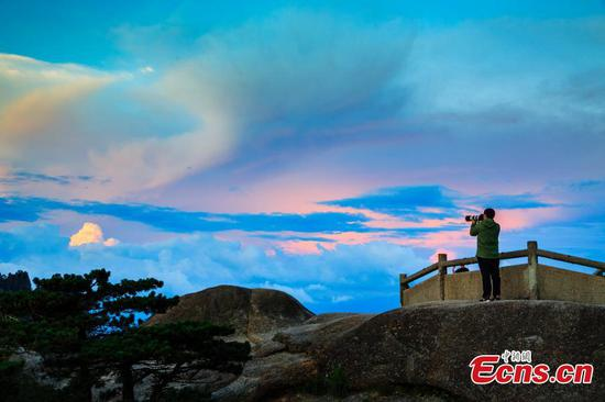 Gorgeous sunset glow shines over the Huangshan Mountain after rain, July 8, 2018, adding to the scenic spot some fantastic colors. (Photo provided to China News Service)