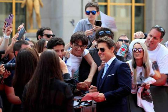 """Cast member Tom Cruise poses with fans as he arrives for the world premiere of """"Mission: Impossible - Fallout"""" in Paris, France. /Reuters Photo"""