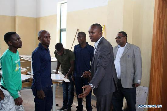 Emile Abayisenga (2nd R), principal of Integrated Polytechnic Regional College Musanze and chairman of Musanze district council, instructs students at a workshop in the college in Musanze district, northern Rwanda, on Aug. 8, 2018. As the largest polytechnic in northern Rwanda, the college, constructed by Chinese enterprise China Geo-Engineering Corporation using funds from the Chinese government, is playing an important role in training technical persons in Rwanda. (Xinhua/Lyu Tianran)