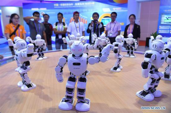 Visitors watch robot dance at the 15th China-ASEAN Expo in Nanning City, south China's Guangxi Zhuang Autonomous Region, Sept. 13, 2018. High-tech exhibits attracted many visitors at the expo. (Xinhua/Zhou Hua)