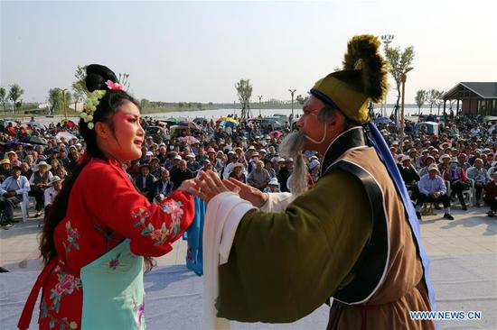 Troupers perform Luju Opera during the week-long National Day holiday in Maoyuan Village of Boxing County in Binzhou, east China's Shandong Province, Oct. 5, 2018. (Xinhua/Chen Bin)