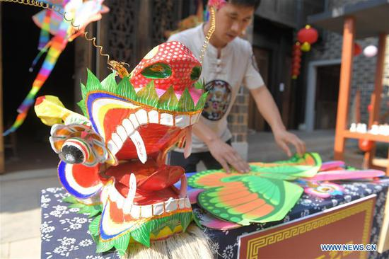 Photo taken on Oct. 5, 2018 shows the paper-made handicrafts works at Tongguan old town during the week-long National Day holiday in Wangcheng District of Changsha City, central China's Hunan Province. (Xinhua/Chen Zeguo)