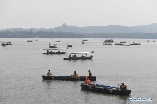Tourists take boats at the West Lake scenic area in Hangzhou, capital of east China's Zhejiang Province, Oct. 7, 2018, the last day of the week-long National Day holidays. Hangzhou has received over 17 million tourists in the national day holidays.(Xinhua/Huang Zongzhi)
