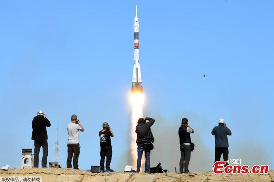 Photographers take pictures as Russia's Soyuz MS-10 spacecraft carrying the members of the International Space Station (ISS) expedition 57/58, Russian cosmonaut Alexey Ovchinin and NASA astronaut Nick Hague, blasts off to the ISS from the launch pad at the Russian-leased Baikonur cosmodrome in Baikonur on October 11, 2018. (Photo/Agencies)