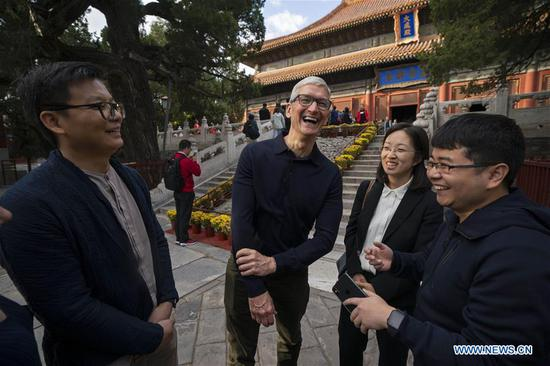 Apple's CEO Tim Cook (2nd, L) talks with Qu Zhangcai (1st L) and Liu Zhipeng (1st R), founders of Xichuangzhu APP, at Beijing Confucian Temple in Beijing, capital of China, on Oct. 10, 2018. Cook paid a visit to Beijing Confucian Temple and the Imperial College on Wednesday. (Xinhua/Cai Yang)