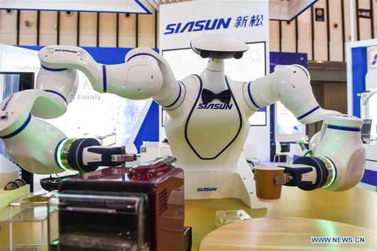 A dual-arm assistant robot makes coffee during the World Intelligent Manufacturing Summit (WIMS) 2018 in Nanjing, east China's Jiangsu Province, Oct. 11, 2018. The WIMS 2018 opened at the Nanjing International Expo Center on Thursday. The event attracts over 1,900 exhibitors worldwide to showcase the latest technologies, advanced products, development trends and cutting-edge solutions in the intelligent manufacturing field. (Xinhua/Li Bo)