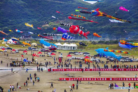 Photo taken on Oct. 14, 2018 shows the scene of a kite flying contest held at Lulanqingsha scenic spot in Daishan County of Zhoushan, east China's Zhejiang Province. (Xinhua/Yao Feng)