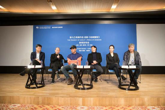 Chinese theater director Li Liuyi (second left) talks about his Chinese version of Hamlet, entitled The Tragedy of Hamlet, Prince of Denmark, featuring veteran actors Hu Jun (third left) and Pu Cunxi (third right).[Photo provided to China Daily]