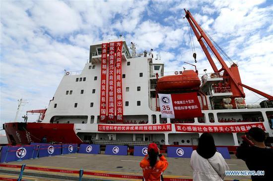 中国雪龙的研究破冰船驶向南极考察 1