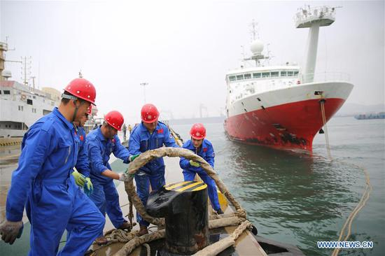 Staff members tether the research vessel Kexue at its home port in the Qingdao West Coast New Area in Qingdao, east China's Shandong Province, Nov. 5, 2018. The research vessel returned to Qingdao on Monday from a 31-day scientific expedition to the West Pacific. (Xinhua/Zhang Jingang)